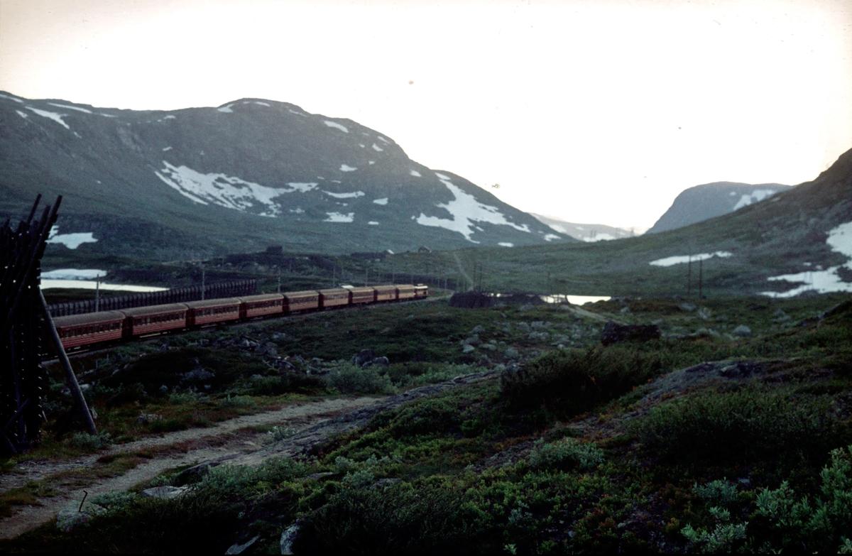 Ekspresstog 63 Oslo Ø - Bergen, ved Tunga. Langs Rallarvegen. Bergensbanen.