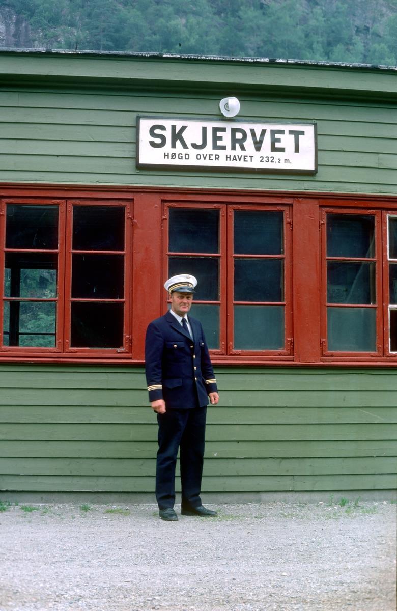 Hardangerbana. Skjervet stasjon. Togekspeditør.