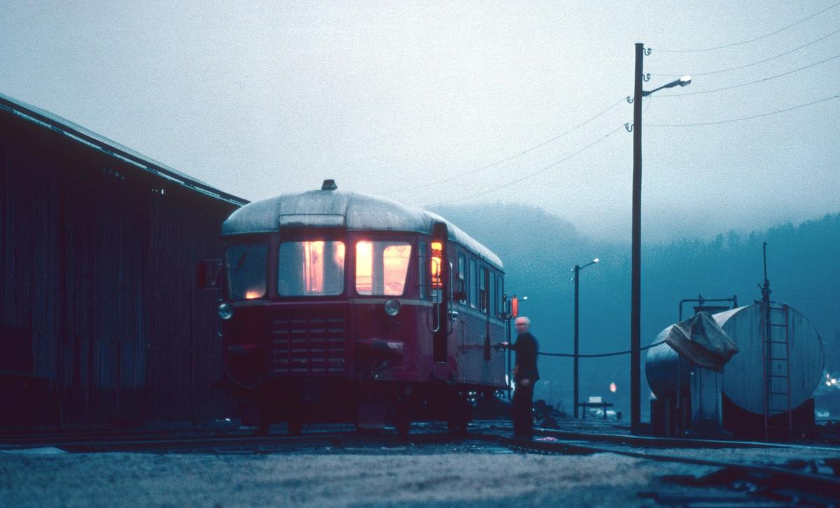 Flekkefjord stasjon, lokomotivstall. Lokomotivfører fyller diesel på NSB motorvogn BM 87 01.