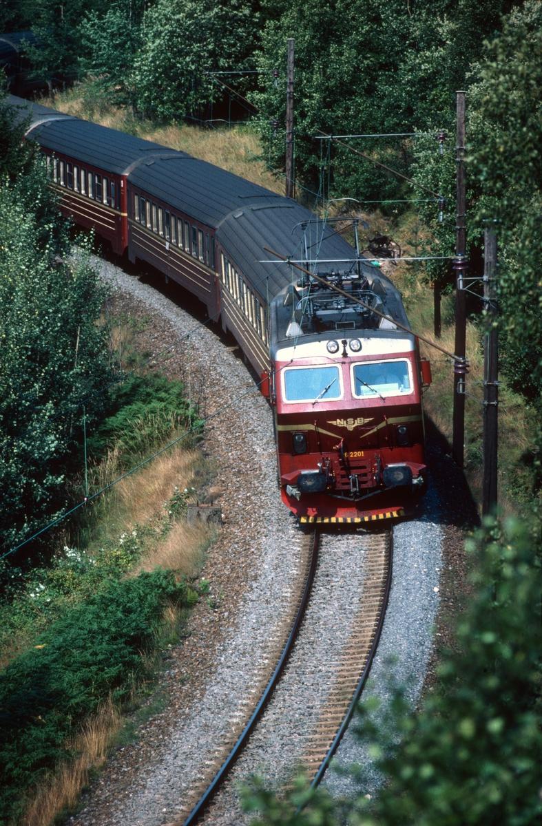 Gjøvikbanen. Ekspresstog 62 fra Bergen til Oslo S ved Midtodden. NSB elektrisk lokomotiv El 16 2201, vogner type 5.