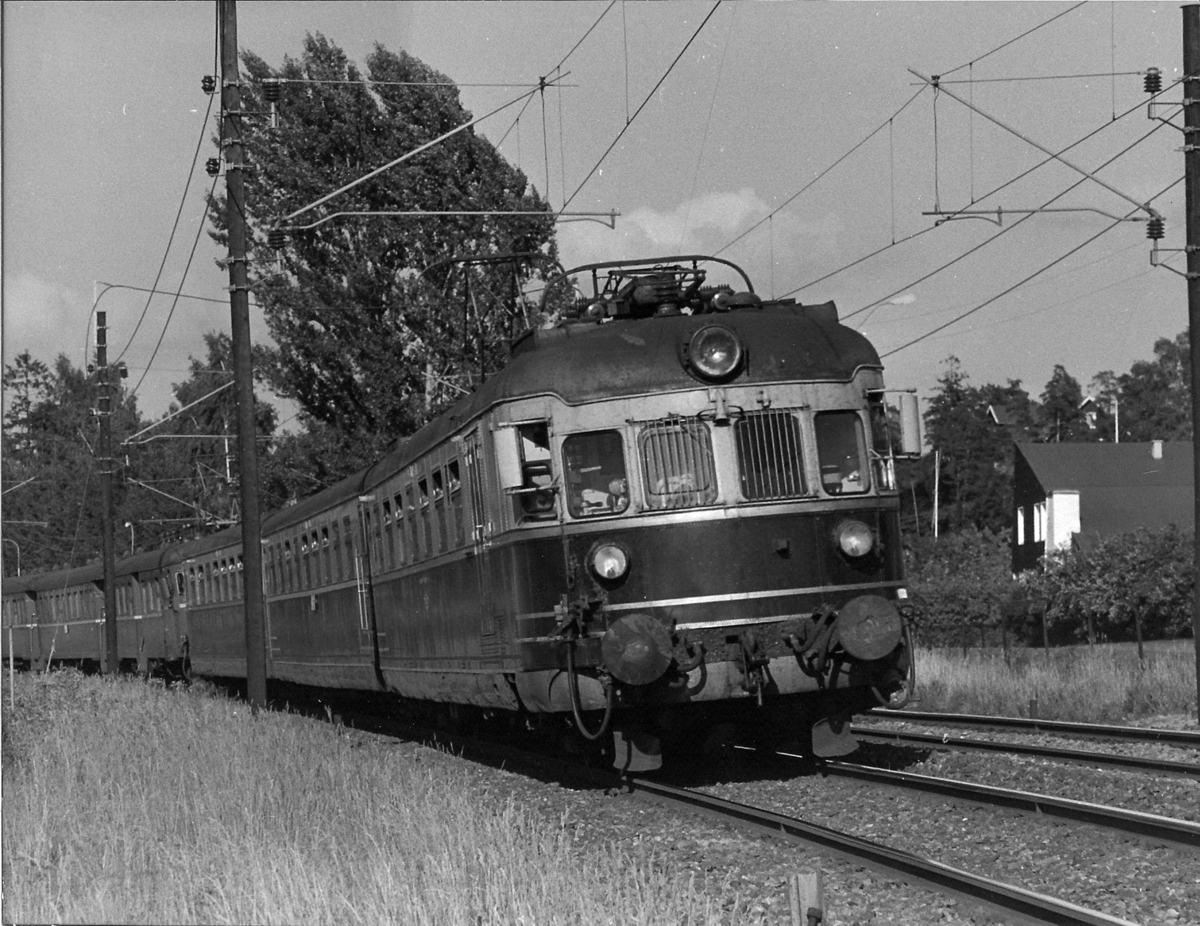 Drammenbanen. NSB elektrisk ekspresstog type 66 mellom Stabekk og Høvik.
