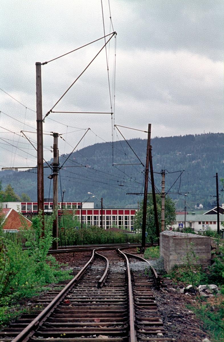 A/S Holmenkolbanen. Oslo Sporveier. Røabanen. Sidespor på Eiksmarka stasjon, tilpasset to ulike vognbredder. Opplastingsspor for pukk fra Franzefoss bruk på Steinshøgda. Også nyttet som parkeringsspor for natt/morgenvogn for personalet.