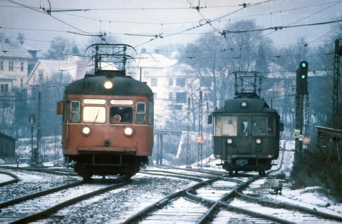 A/S Holmenkolbanen. Oslo Sporveier. Vogn 113 eller 114, type 1939, til venstre og vogn 111, type 1935 til høyre. (Begge: Skabo, Siemens Schuckert). Hovedsignal viser signal for kjøring til Holmenkollbanen. Signalanlegget på Majorstuen var første rele-sikringsanlegg i Norge (1928).