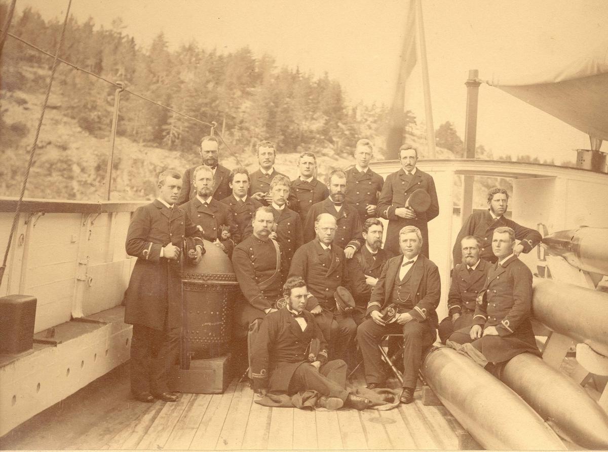 Foto av offiserer ombord.