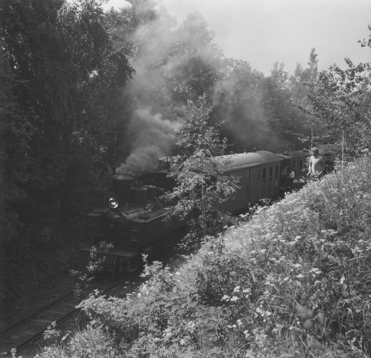 Åpningen av museumsbanen 19. juni 1966. Første ordinære tog står klart til avgang fra endestasjonen ved Fyen.