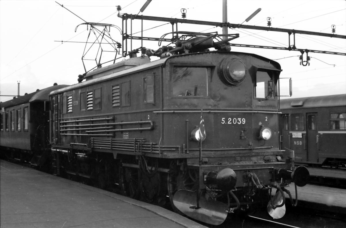 NSB elektrisk lokomotiv El 5 2039. Ekstratog for Norsk Jernbaneklubb.