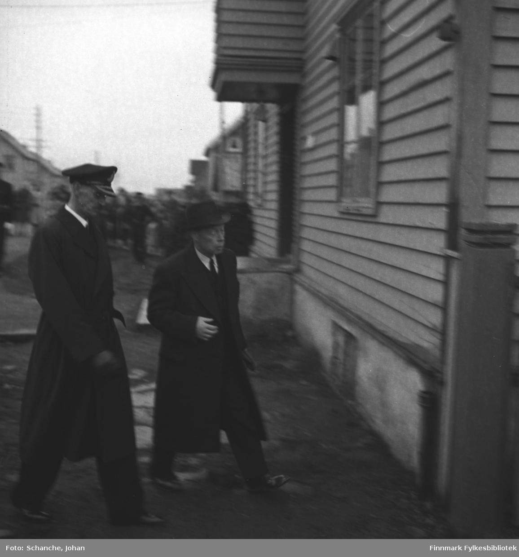Kongebesøk:  Kong Haakon VII og fylkesmann Hans Gabrielsen annkommer Dundas - gården der kongen skulle hvile.   Bildet er litt uskarp.