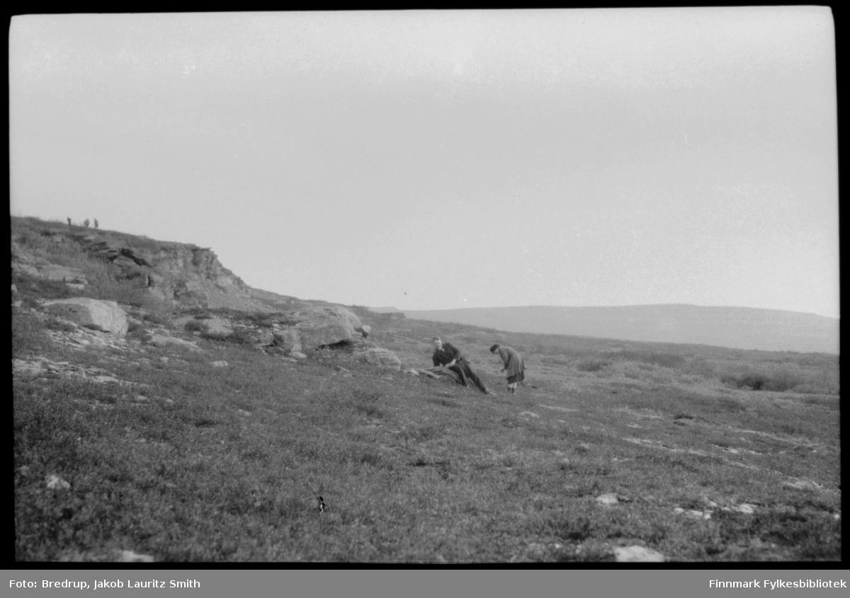 En mann og en kvinne på tur i et landskap vi tror er i Varanger.  Mannen er Jakob Bredrup, kvinnen antar vi er Hildur Norvik Bredrup.