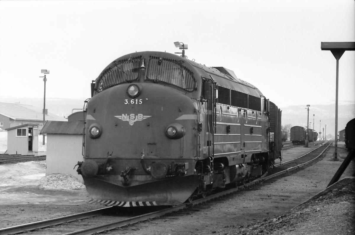 Godstog 5716 skifter i Røros.