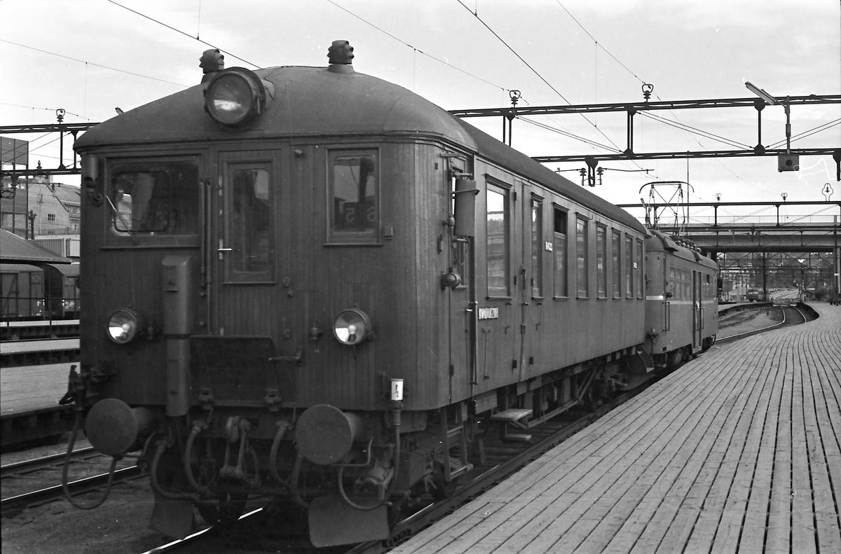 """Lokaltog til Hakadal reiser fra Oslo Ø. Styrevogn """"ubåt"""" BFS 65 og motorvogn BM65c 52."""