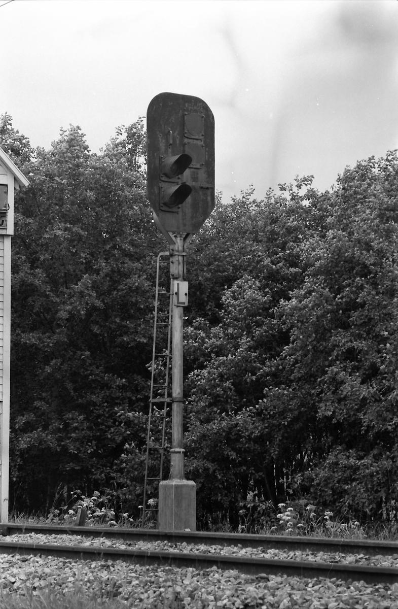 Frittstående forsignal for utkjørhovedsignal L Spikkestad. Stasjonen hadde elektromekanisk stillverk og håndbetjent linjeblokk.
