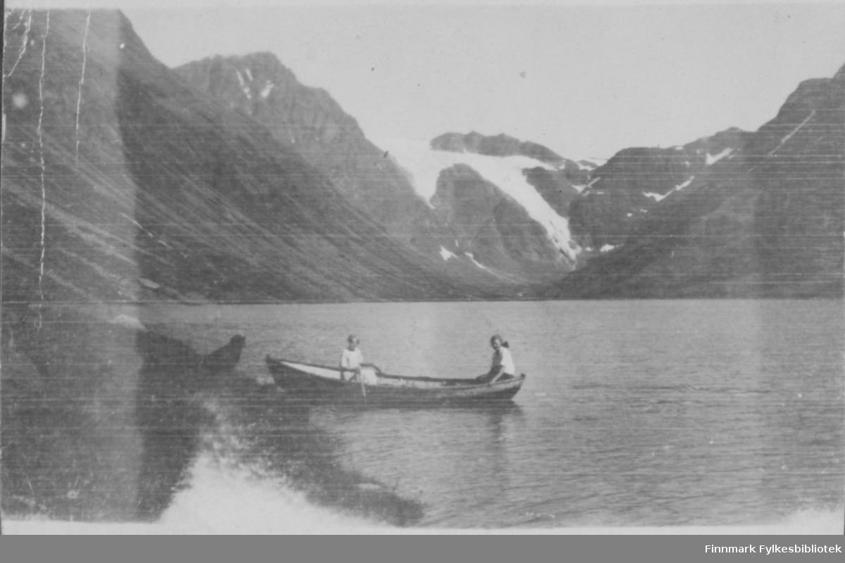 Kvinner i robåt på Bergsfjordvannet