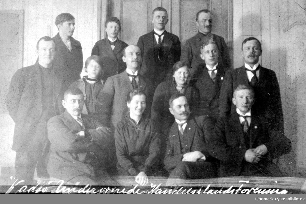 Underordnede Handelstandsforening Vadsø Stifta 10.10.1914. Navneliste på personene ligger i ringpermen merka Fotolister merka etter nr.