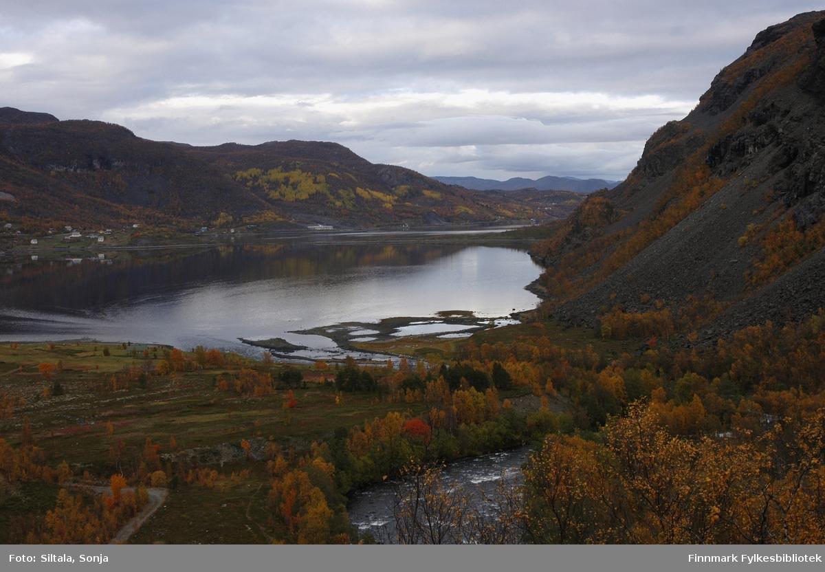 Oversiktbild over Kåfjord i september 2004. Fotografen har stått på bakken ved Mattiselva. Bildet er tatt mot bygda fra Kreeta - feltet