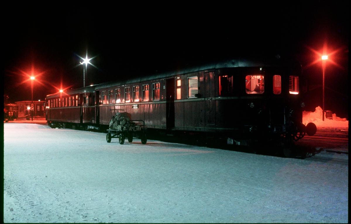 Motorvogna til Trondheim står klar i spor 1 på Røros stasjon.
