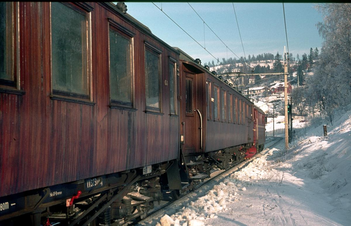 Avgang for tog 207, Oslo Ø - Gjøvik, fra Kjelsås stasjon. Toget trekkes av elektrisk lokomotiv El 11.