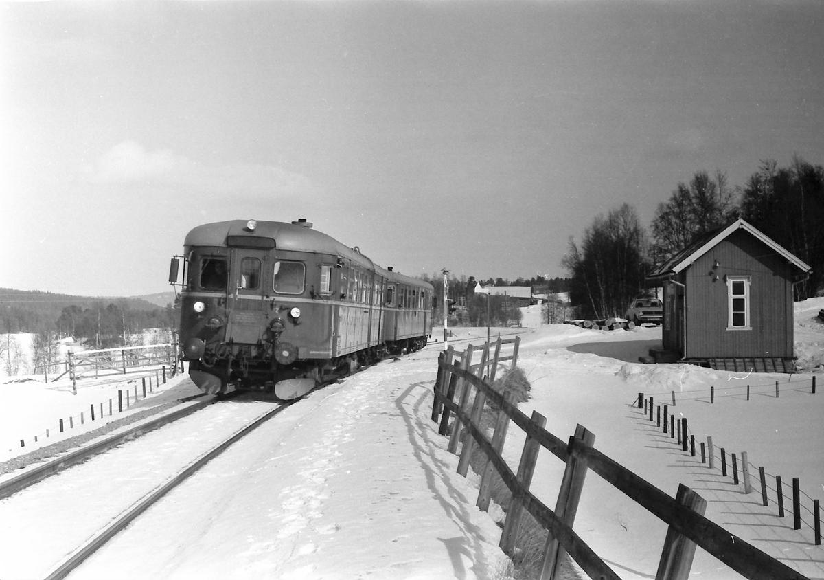 Persontog 372, Røros - Hamar, på Håmålvoll holdeplass.