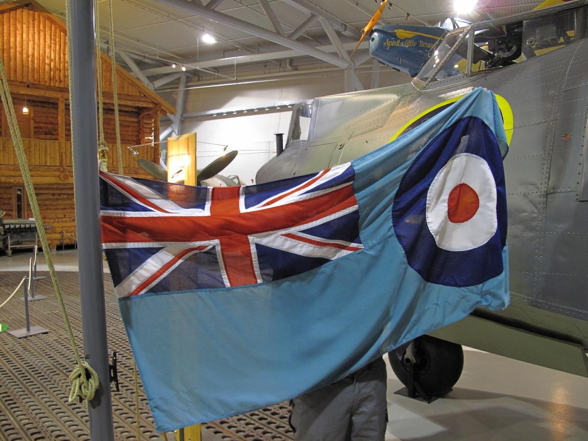 Flagget er Royal Air Force offisielle flagg som alle flystasjoner og flyavdelinger benyttet, også norske skvadroner i RAF.