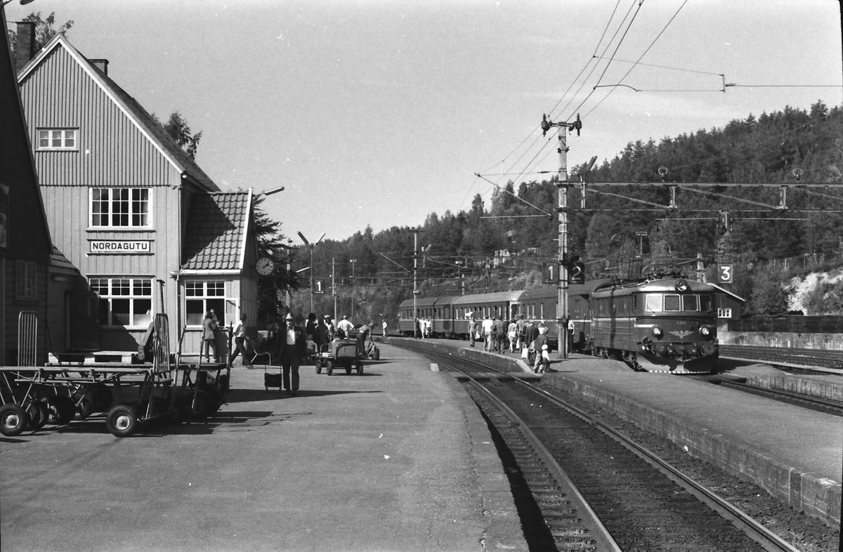 Tog 501, Oslo Ø - Skien over Kongsberg, stopper på Nordagutu stasjon. Elektrisk lokomotiv type El 11 og vogner type 3.