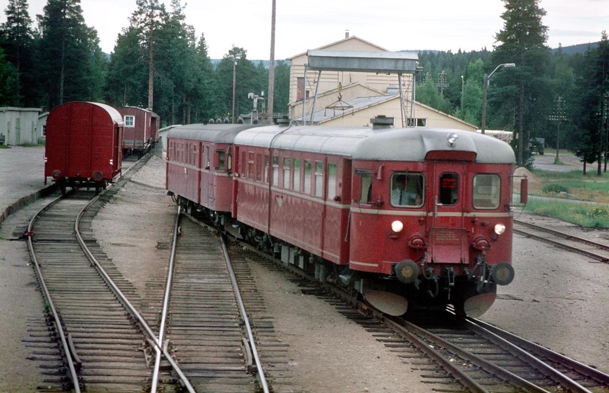 Kryssing mellom togene 302 (Trondheim - Oslo Ø) og 375 (Hamar - Røros). Motorvogn type 86G.