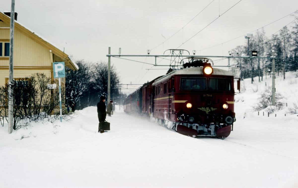 Persontog 208 Gjøvik - Oslo Ø med NSB elektrisk lokomotiv El 11 2148 kjører inn på Bleiken stasjon.