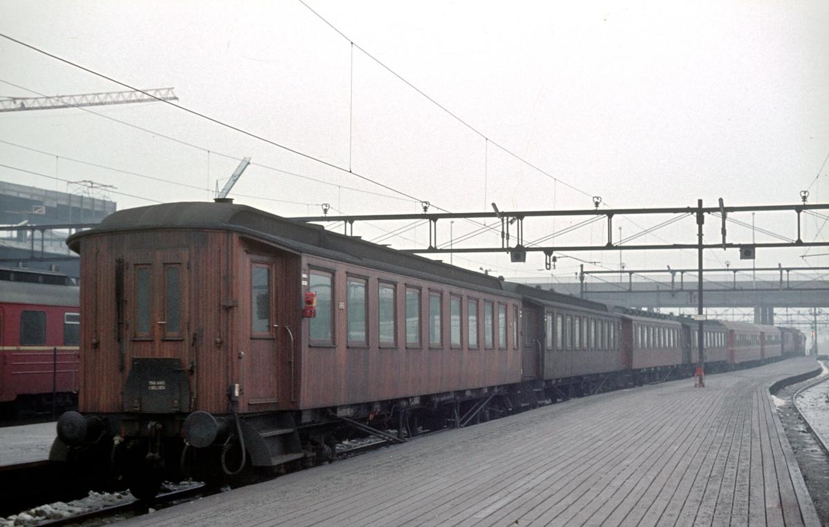 Tomtog kjører ut fra Oslo Ø. Togsettet skal gå som påsketog fra Gudbrandsdalen (antagelig Otta) inn til Oslo.