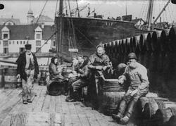 "Sildearbeidere på brygge på Risøy. Damskipet D/S ""Sif"", mind"