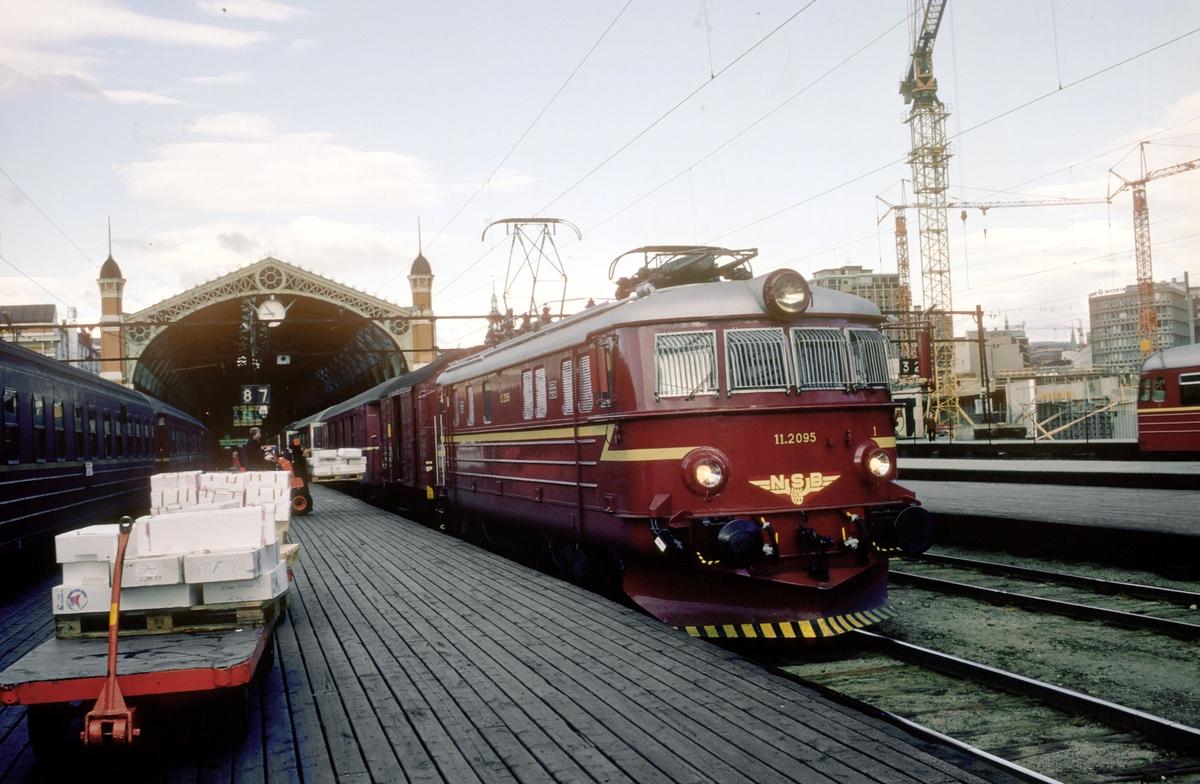 Persontog til Fagernes og Gjøvik, tog 281, med elektrisk lokomotiv El 11 2095 på Oslo Ø.