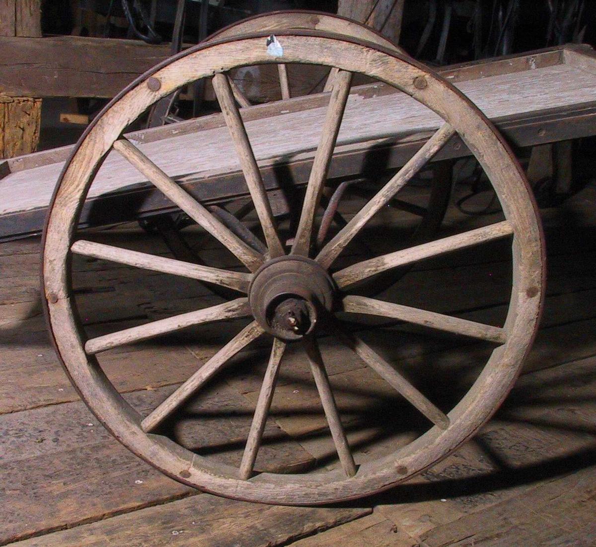 Håndkjerre av tre, opprinnelig sortmalte skjeker , innvendig opprinnelig malt lys gråblå. Håndkjerre med  to store hjul , som går høyere enn  kassen , som er  rektangulær, med  jernbeslag langs sidene og jernbeslag oppå kanten bak og på sidene bak. Hjulene har 12 eker. Tilstand: slitt, ellers bra.