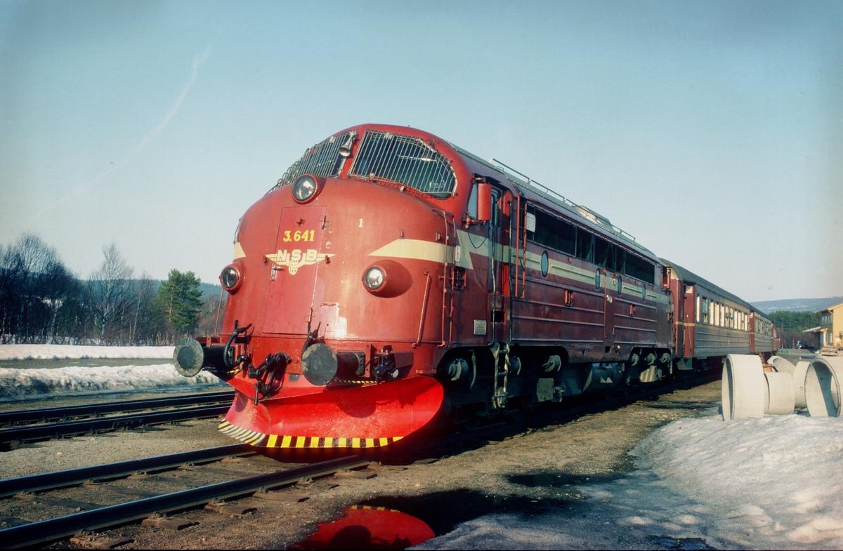 NSB dieselelektrisk lokomotiv Di3b 641 på Os stasjon, Os i Østerdalen, med tog 302 (dagtoget Trondheim - Oslo Ø).