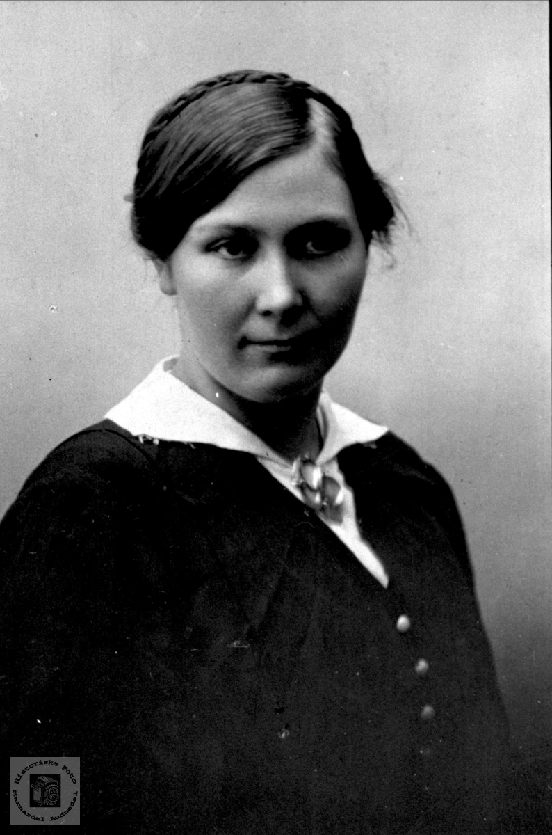 Portrett av Oline Tisland, Laudal.