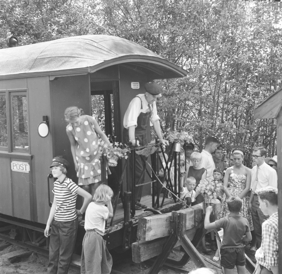 Åpning av museumsbanen 19. juni 1966. Margrethe Wiegels har klippet snoren. A/L Hølandsbanens formann Preben T. Hysing holder tale.