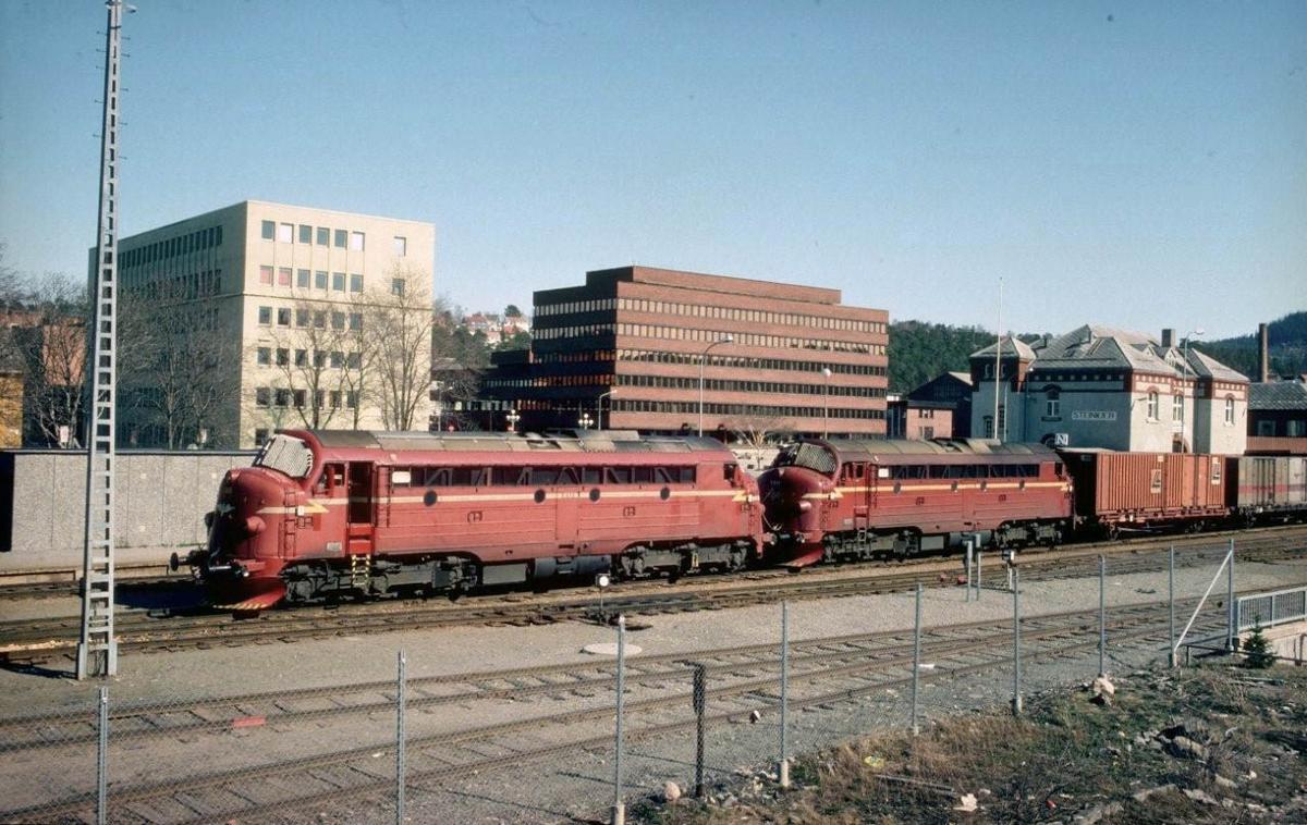 NSB godstog 5793, Trondheim - Bodø, gjør opphold på Steinkjer stasjon. På lørdager var det ikke skifting her, og lokpersonalet fikk tid til å gå på kafe og spise middag. Toget trekkes av lokomotivene Di 3 615 og 611.