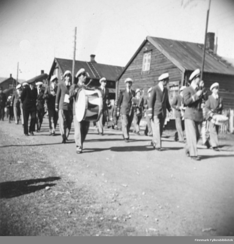 Musikkorps marsjerer i Ytrebyen i Vadsø sommeren 1949