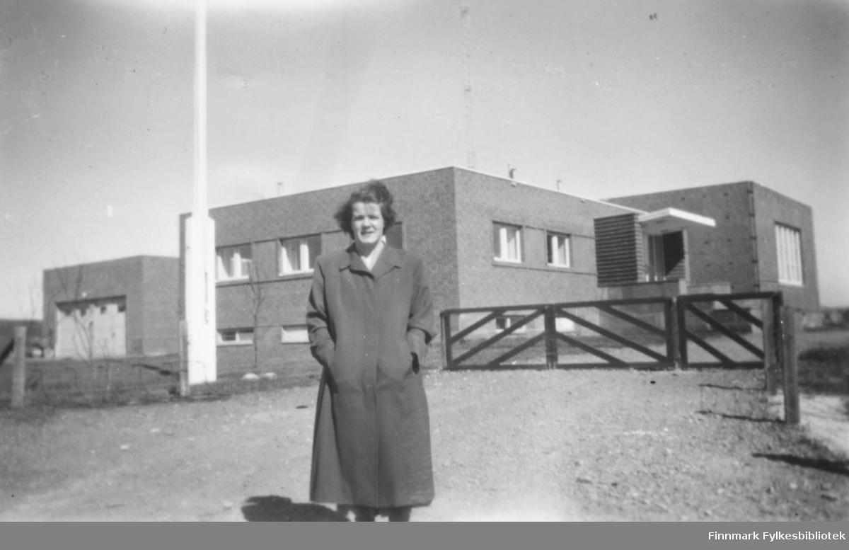 Ragnhild Ebeltoft fotografert foran NRK-bygningen i Vadsø ca. 1955?