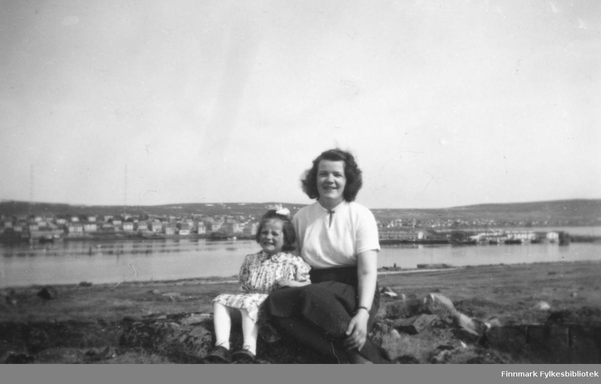 Ragnhild og Torill Ebeltoft på Vadsøya en sommerdag i 1955. I bakgrunnen ser vi bebyggelsen på fastlandet