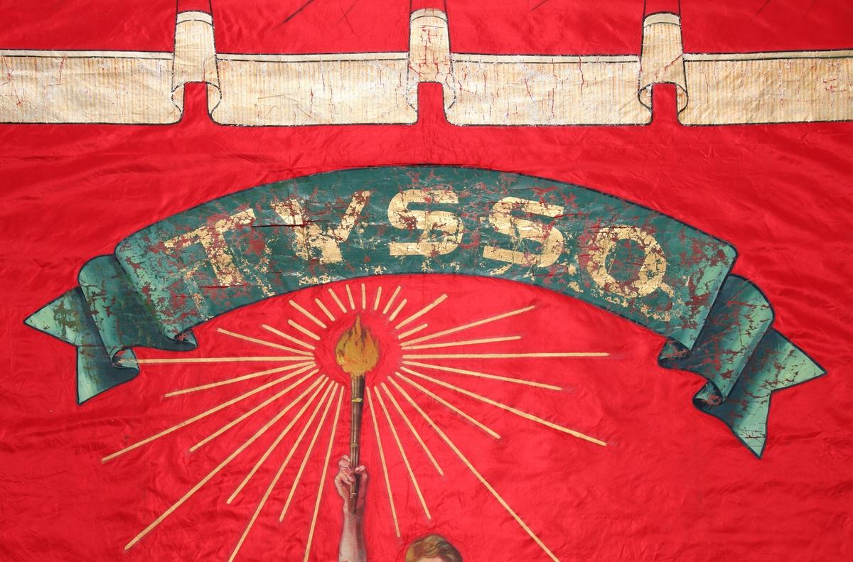 Framsida: Mann som står ved hoggen stein, støttar ei hand på steinen, løftar fakkelen med den andre. Mannen har eit ungt og sterkt ansikt, kraftig lugg, har belte med slirekniv på buksa, grøn skjorte med open splitt og ermer utan linning. Hovudmotivet på fana symboliserer opplysningstanken. Malt kappe / draperi  i toppkant.  Baksida: Eikelauvgreiner, - open krans. Logo NEKF (Norsk Elektriker- og Kraftstasjonsforbund).