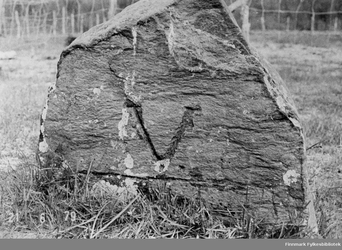 Merkesten ved Sopnes grustak. Den kan være satt opp da veien Alteidet-Sopnes ble laget i 1873-1878