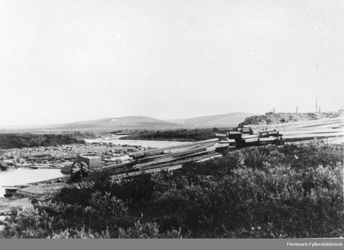Gietkanas i Alta 1946. Materialer til provisorisk bro .