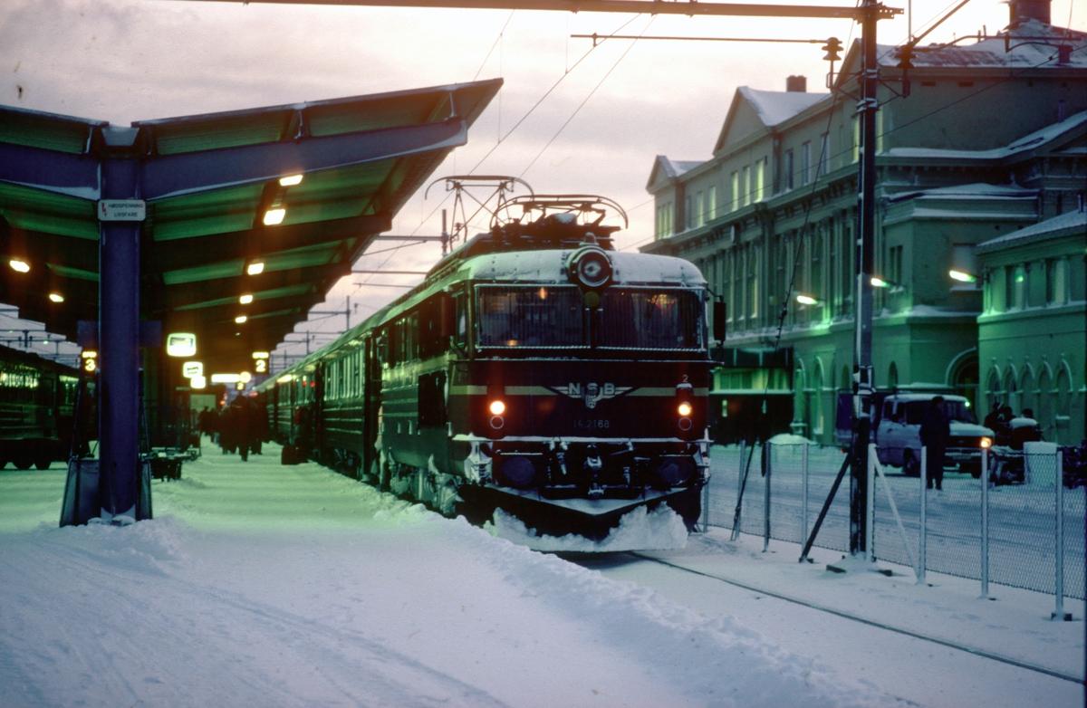 NSB ekspresstog 42 Dovreekspressen til Oslo S står klar til avgang på Trondheim stasjon med elektrisk lokomotiv El 14 2168.