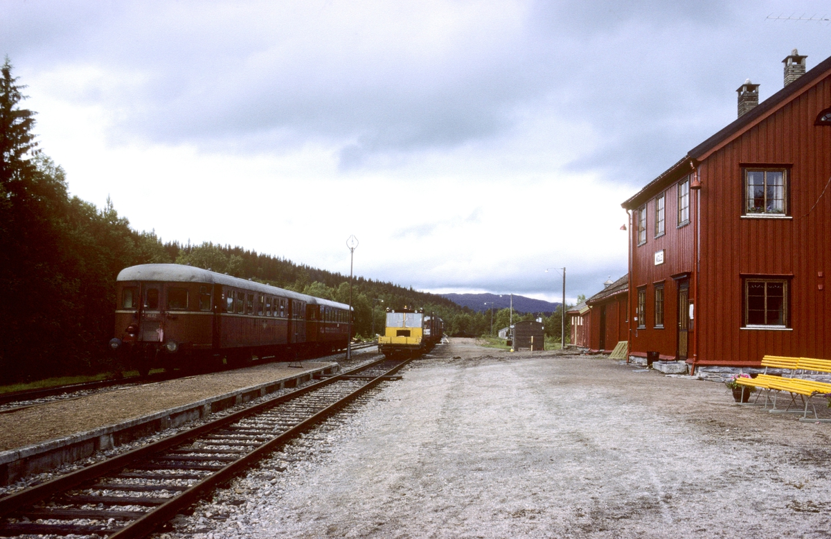 Persontog 457 Trondheim - Grong med motorvognsett type 86 i Agle stasjon.