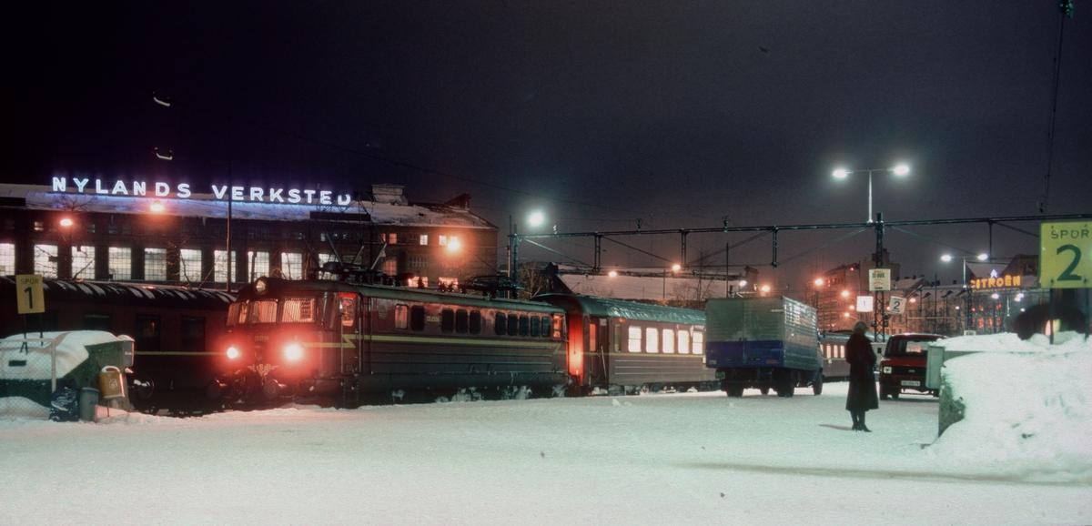 Vinterkveld på Vestbanen. Tog 702 har kommet fra Stavanger med NSB elektrisk lokomotiv El 13 2156 og vogner type 3 og 68.
