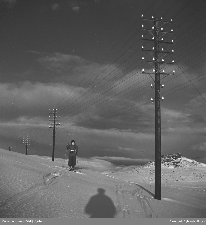 Arne Jacobsen på skitur fra Hammerfest til Rypefjord. Telefonlinjer såkalte Rikslinjer - de gikk til Skaidi og ble fordelt østover i fylket og sørover til Alta og videre sørover derfra. Disse ble ble brukt til telefon og telegraftrafikken til radiolinjer overtok etterhvert fra begynnelsen av 1960 årene.