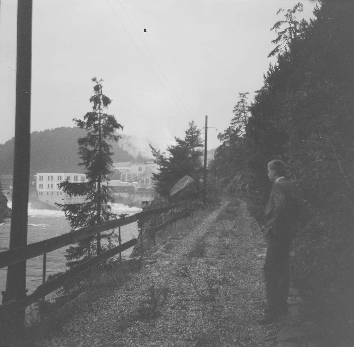 Langs den opprinnelige traseen etter jernbanen ved Skotfos Brug, Norges første elektriske jernbane.