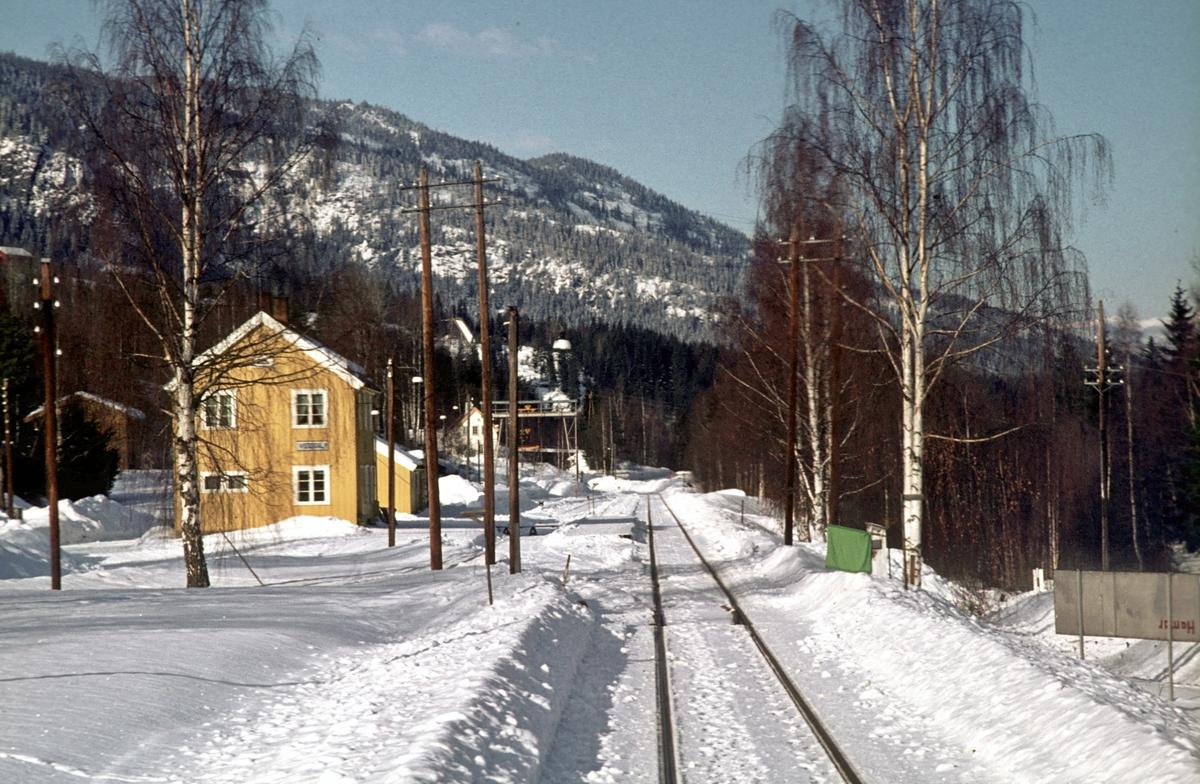 """Innkjøring til Veggli stasjon. Signal """"Innkjør"""" med flagg."""
