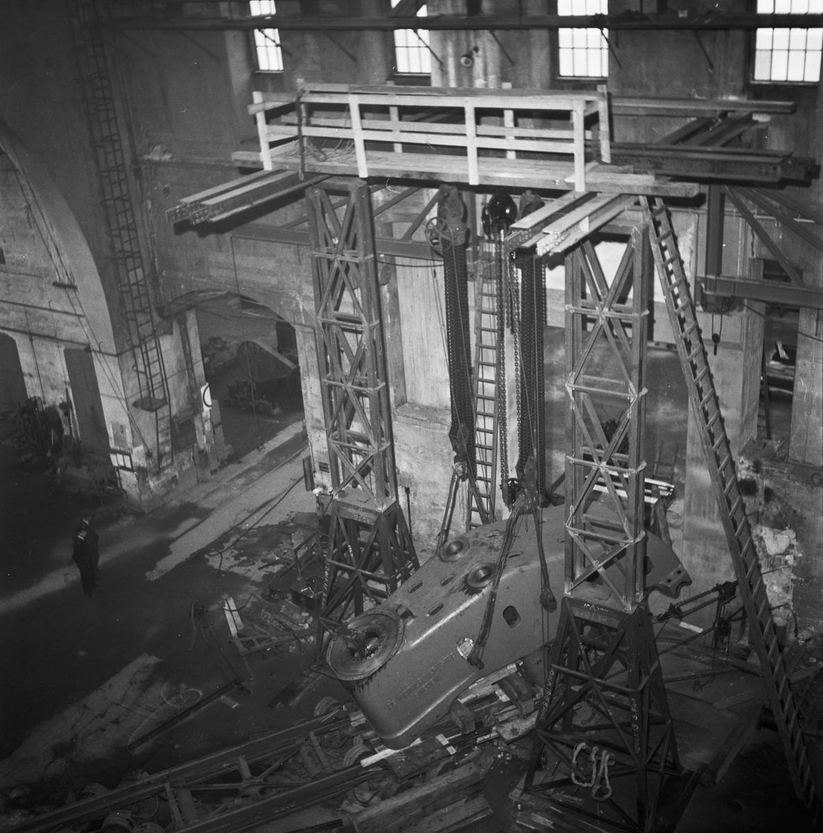 Övrigt: Foto datum: 20/11 1953 Byggnader och kranar Plåtpress under monteringsarbete. Närmast identisk bild: V2776, ej skannad