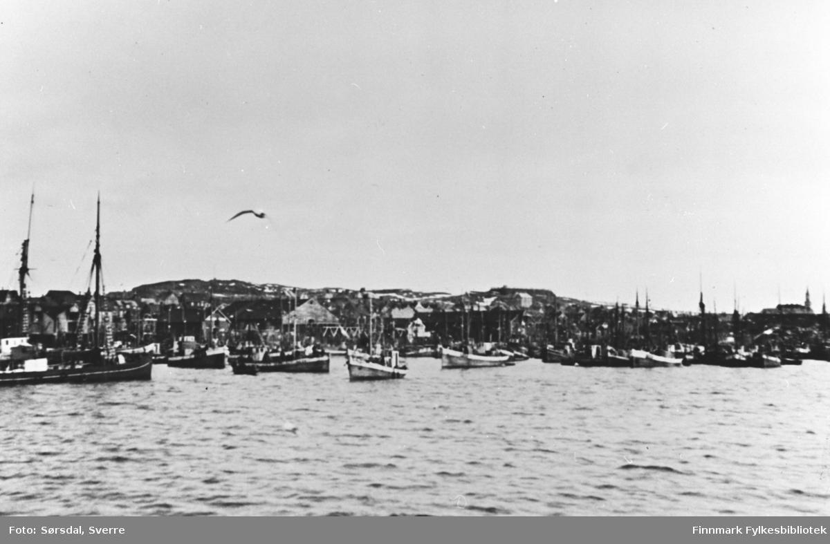 Bildet av Vardøhavn.Det ligger mange båter i havna.
