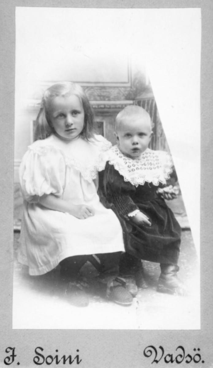 Visittkortportrett av to småbarn, en jente og antagelig en lite gutt.