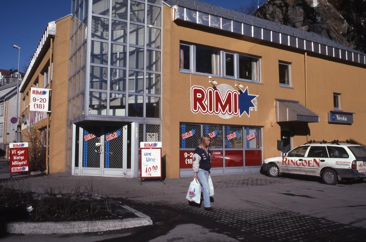 Forretningsgård i Blødekjær. I 1.etg. RIMI butikk, nyetablert 1996. Parkeringsplass i forgrunnen.