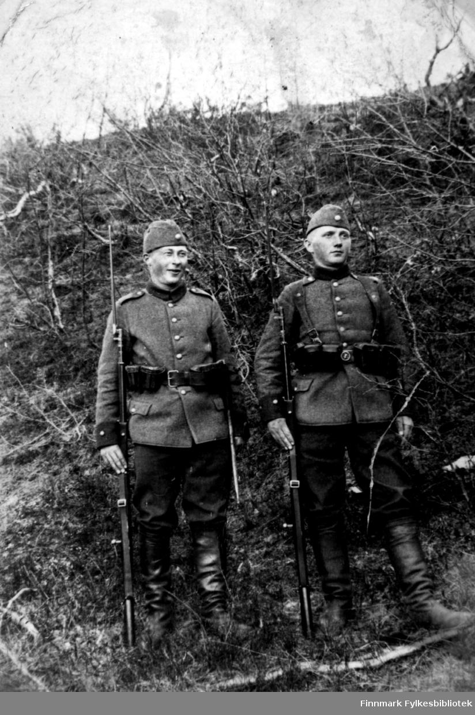 Portrett av to menn i uniform. Mannen til venstre er ukjent, men til høyre står Jalmari Randa. Bildet er muligens fotografert i Finland?